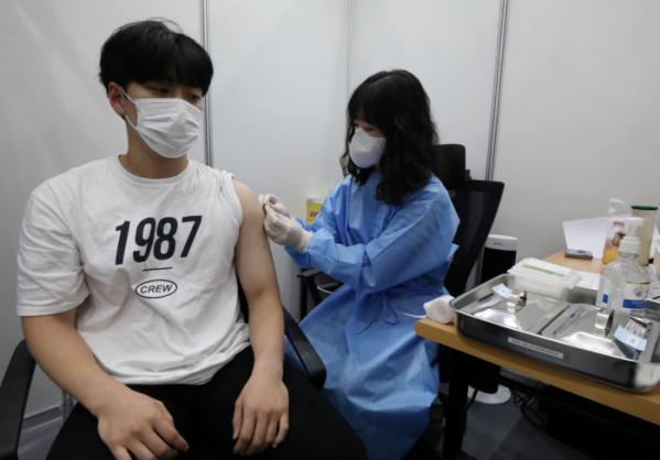 ▲지난 12일 코로나19 예방접종 접종완료율이 60%를 넘어선 가운데 13일 오후 서울 도봉구청 예방접종센터에서 시민들이 백신 접종을 받고 있다. (뉴시스)