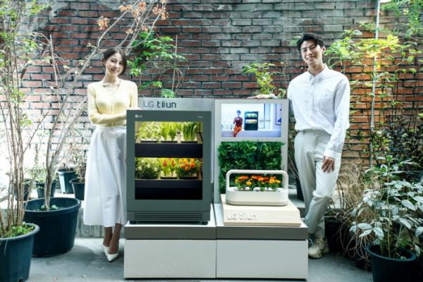 ▲서울 성수동에 위치한 복합문화공간 '플라츠'에 15일부터 11월 초까지 운영하는 신개념 식물생활가전 'LG 틔운(LG tiiun)' 팝업스토어인 '틔운 하우스(tiiun haus: life with green)'에서 모델들이 LG 틔운과 LG 틔운 미니를 체험하고 있다. (사진제공=LG전자)