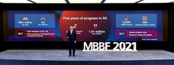 ▲켄 후 화웨이 순환 회장은 현지시간 13일 아랍에미레이트(UAE) 두바이에서 12회 '글로벌 모바일 브로드밴드 포럼(MBBF)'의 기조연설자로 나섰다. (사진제공=화웨이)